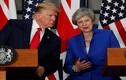 """Hành động """"lạ"""" của Tổng thống Trump đối với Thủ tướng Anh"""