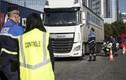 Pháp tìm thấy hàng chục người nhập cư còn sống trong xe tải