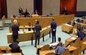 Mệt mỏi vì chống Covid-19, Bộ trưởng Y tế Hà Lan ngã khụy khi đang họp