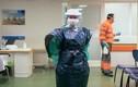 COVID-19: Nhân viên y tế dùng túi rác, áo mưa thay đồ bảo hộ