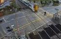 Thót tim cảnh tàu hỏa suýt tông trúng người cố vượt qua đường ray