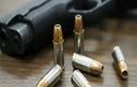 Chồng tự sát bằng súng, đạn xuyên qua đầu găm trúng vào vợ