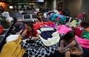 Cảnh hành khách ăn, ngủ tại sân bay vì mắc kẹt giữa phong tỏa