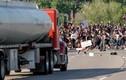 Toàn cảnh xe bồn chở dầu lao vào đám đông biểu tình ở Mỹ