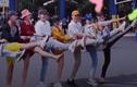 Video: Cười ngất nhóm bạn lầy lội từ lề đường ra tới hồ bơi