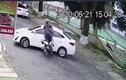Video: Tài xế xe máy phóng nhanh đâm vào ôtô đang quay đầu