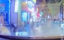 Video: Phát hoảng nữ tài xế xe máy đột ngột ngã trước đầu ôtô