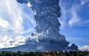 """Cảnh hãi hùng núi lửa Indonesia """"thức giấc"""", phun trào khói bụi"""