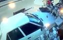 Video: Ôtô đâm vào cửa hàng, hai đứa bé thoát chết