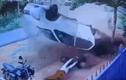 Clip: Ô tô mất lái, hất văng 2 người đàn ông ra khỏi xe