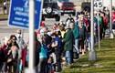 Cảnh người dân Mỹ xếp hàng dài chờ tiêm vắc xin phòng COVID-19