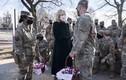 Ảnh: Tân Đệ nhất phu nhân Mỹ tặng bánh cho Vệ binh Quốc gia
