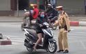 """Hà Nội: Người dân đi du Xuân """"quên"""" đội mũ bảo hiểm"""