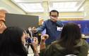 Thủ tướng Thái phun dung dịch sát khuẩn vào mặt phóng viên