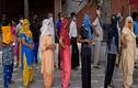 Cảnh người dân nông thôn Ấn Độ xếp hàng dài tiêm vắc xin COVID-19