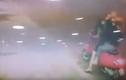 Hai thiếu nữ xinh đẹp đi xe Vespa ăn trộm chậu hoa trên đường