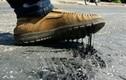 Nắng nóng, đường chảy nhựa, người đi bộ không nhấc được chân