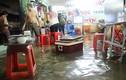 Ảnh: Người Sài Gòn trắng đêm sửa xe, tát nước cứu tài sản