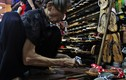 Bà lão hơn nửa thế kỷ đóng guốc ở chợ Bến Thành