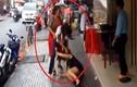 Nhân viên túm tóc, đấm, đá khách hàng giữa phố