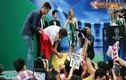 Đông kín fan đón Robert Pires... sờ cup UEFA ở SVĐ Hàng Đẫy