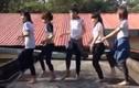 Sửng sốt cảnh nữ sinh nhảy nhót trên nóc trường học