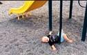 Hài hước bé ngã cầu trượt vẫn cười tươi