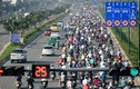Xe máy chiếm hết làn đường ôtô ở đại lộ đẹp nhất Sài Gòn