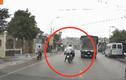 Lấn làn, người đàn ông đi xe máy loạng choạng suýt nhận kết đắng