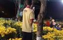 Rớt nước mắt người bố dùng điện thoại cũ chụp ảnh con trong vườn hoa