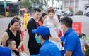 """Đám cưới mùa Covid-19: Công an và nhân viên y tế dựng """"chốt"""" trước rạp"""