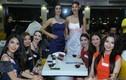 Lan Khuê đọ sắc cùng người đẹp Miss World trên bàn tiệc