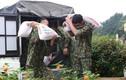 Xúc động hình ảnh người lính quên mình chăm sóc người được cách ly