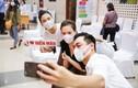 """Sao Việt dùng """"dế"""" xịn selfie khi tham gia hiến máu mùa Covid-19"""