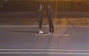 Video: Nằm ra đường ăn vạ bạn trai, cặp đôi bị ô tô đâm