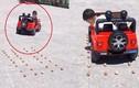 Video: Bé trai 4 tuổi trổ tài lùi đỗ ôtô