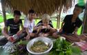 """Youtuber Việt câu like từ việc """"thưởng thức"""" món ăn kinh dị"""