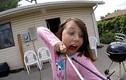 Chết cười xem bé gái tự nhổ răng siêu dũng cảm