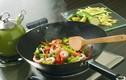 """4 thói quen nấu ăn không khác """"đầu độc"""" cơ thể, triệu người làm không biết"""