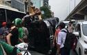 Hà Nội: Ô tô Mercedes gây tai nạn lật nghiêng, cứu tài xế ra ngoài an toàn