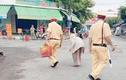 CSGT mua thực phẩm 'giải cứu' cho cụ già 85 tuổi