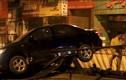Hà Nội: Ôtô xé đôi dải phân cách, chồm qua bên đường