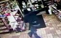 Ngang nhiên vào ăn trộm, bị chủ cửa hàng bắn tơi tả