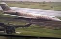 Phát hoảng máy bay gặp nạn cày nát đường băng
