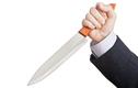 """Hôn nhân trục trặc, người đàn ông dùng dao bếp """"tự cung"""""""