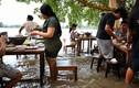 Thái Lan: Nhà hàng ngập nước, khách xắn quần đứng ăn!