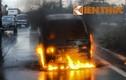 Xe tải bốc cháy ngùn ngụt trên quốc lộ