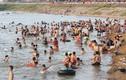Hà Nội nóng như rang, ngoại ô thành 'bãi biển' ngàn người tắm mát