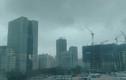 """Video: """"Lốc xoáy"""" bất thường ở Hà Nội, rác bụi tung trời"""
