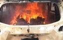Sau tiếng nổ lửa bao trùm ôtô 7 chỗ, 2 người trong xe chết cháy
